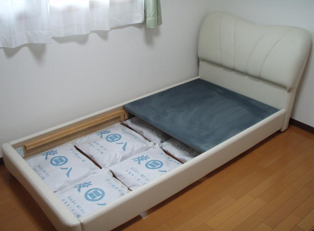 炭八とベッド
